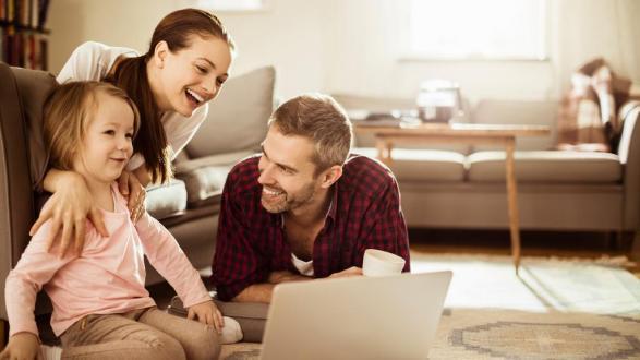 famille enfant parents homme femme ordinateur e2c22f